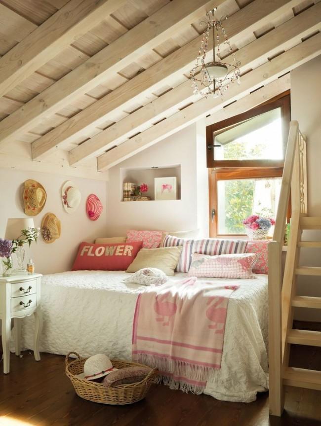Le sol aux tons chauds et boisés se marie parfaitement avec les tons clairs de la chambre.
