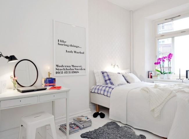 Si vous placez le lit près de la fenêtre, non seulement vous économisez de l'espace dans la pièce, mais vous pouvez également profiter de la vue depuis la fenêtre sans sortir du lit.