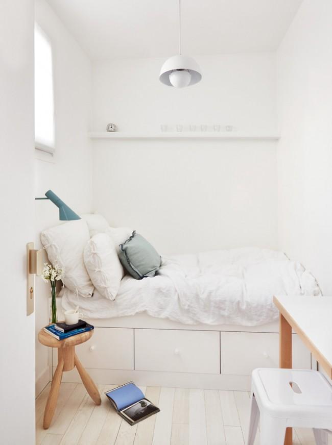 Même dans une petite chambre, on peut trouver un coin et s'équiper d'un lieu de travail, on peut se limiter à juste une console et une chaise
