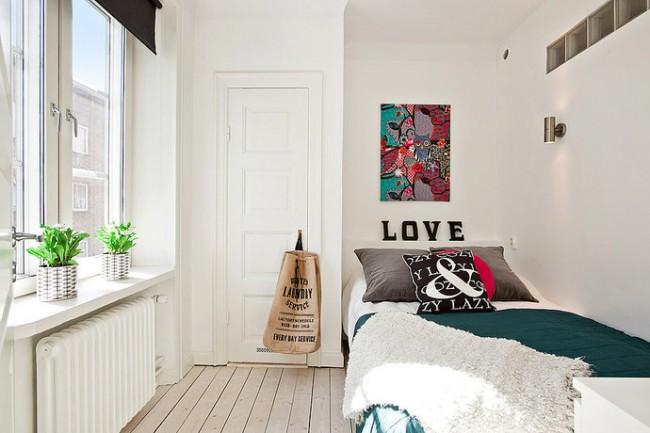 Les peintures abstraites, les peintures art nouveau ou les collages de photos aideront à créer un design unique, élégant et lumineux pour votre chambre, tout en ne prenant pas beaucoup de place.