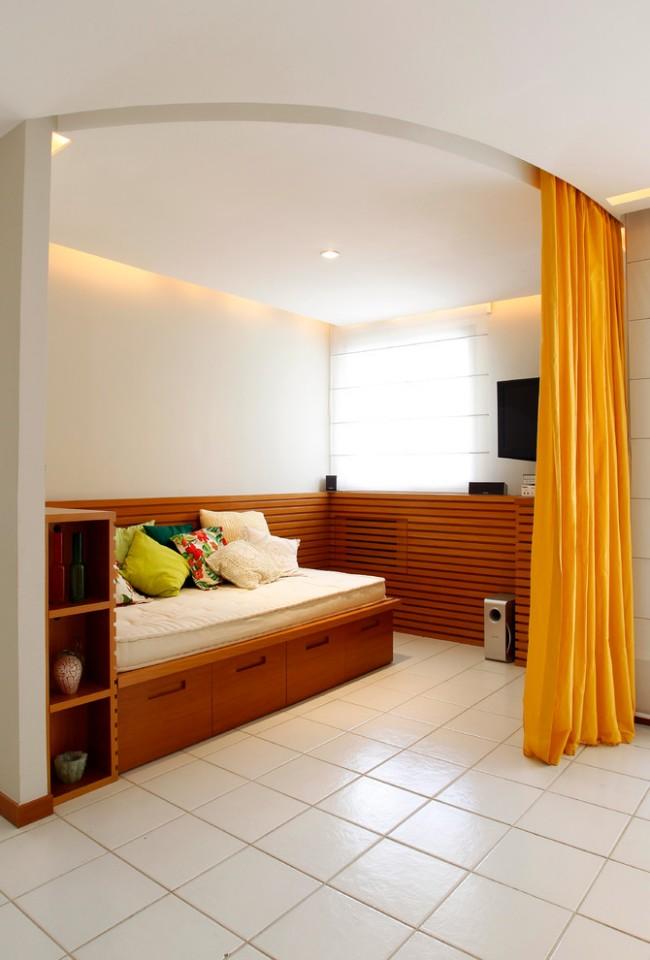 Si vous êtes propriétaire d'un studio, la chambre peut être placée derrière des étagères, une cloison ou un paravent.