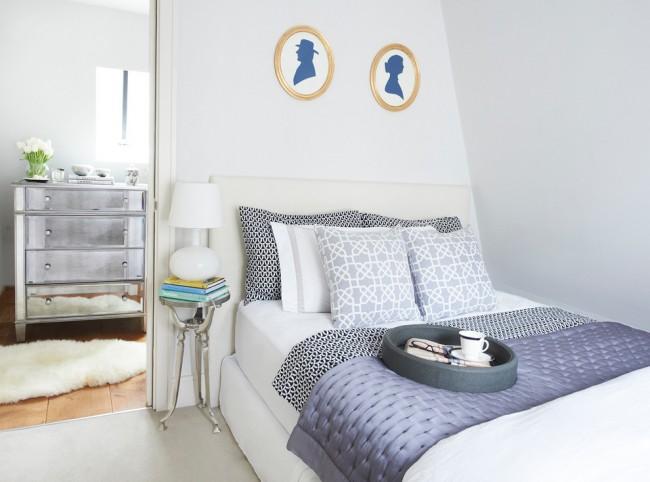 Une excellente solution de conception pour une petite pièce sera une armoire intégrée avec des portes en verre qui prolongent visuellement la pièce.