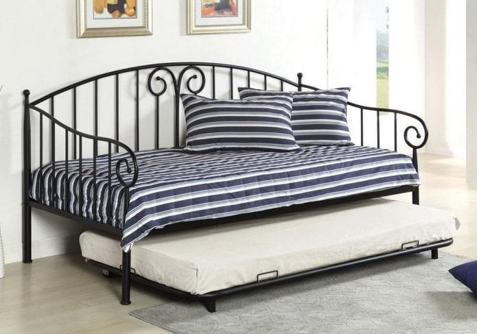 lit transformable en fer forgé à l'intérieur