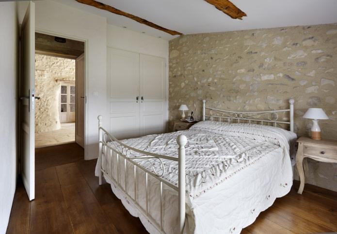 lit double en fer forgé à l'intérieur
