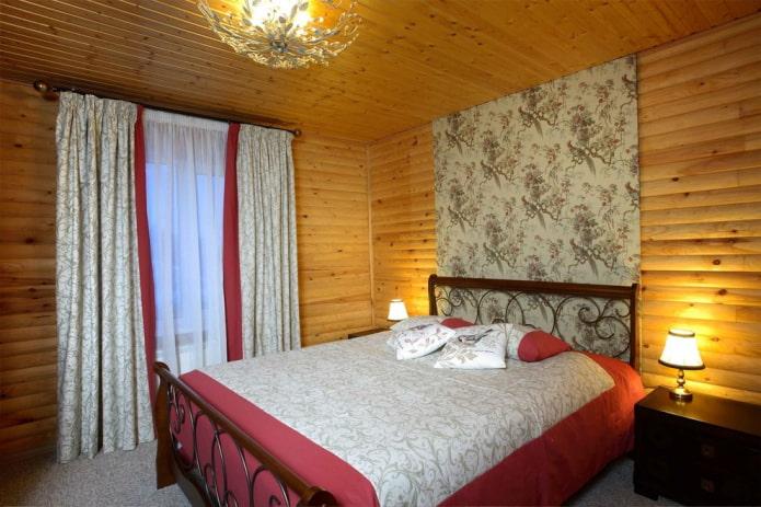 lit avec une tête de lit en bois à l'intérieur
