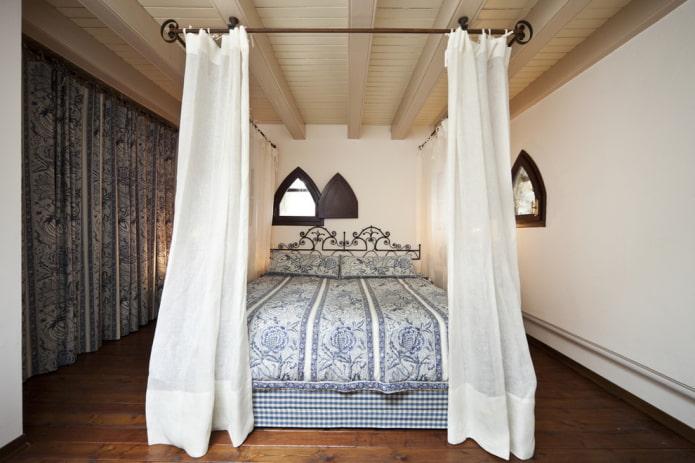 lit avec forge avec un baldaquin à l'intérieur