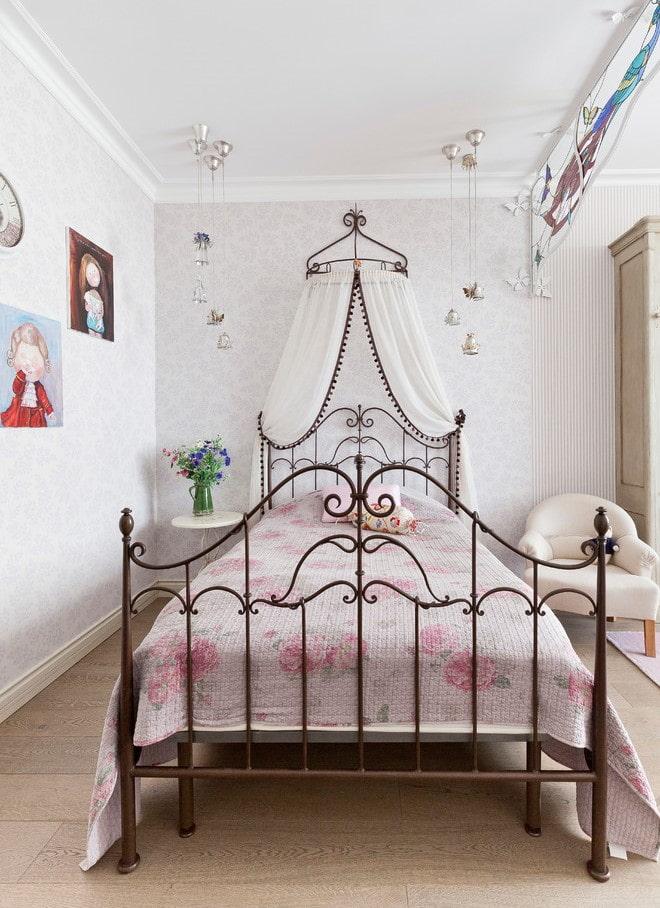 lit avec un abat-jour en bronze forgé