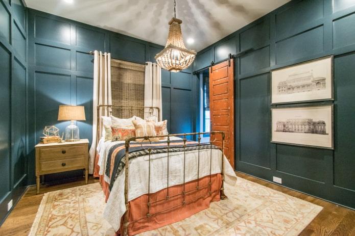 lit avec fer forgé antique à l'intérieur