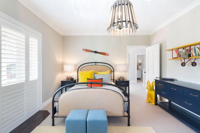 lit en fer forgé avec rembourrage décoratif