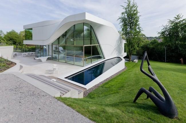 L'une des caractéristiques de la maison high-tech est le vitrage de la façade.