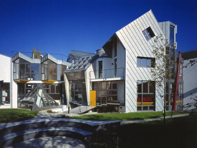 Couleur métallique à l'extérieur d'une belle maison de campagne high-tech