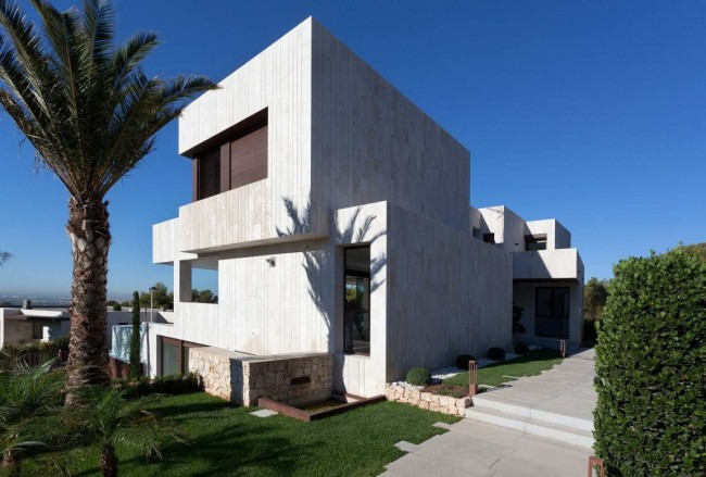Une maison high-tech avec une petite pelouse bien entretenue a fière allure