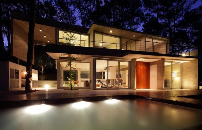 Une maison avec une façade rétroéclairée est très impressionnante la nuit