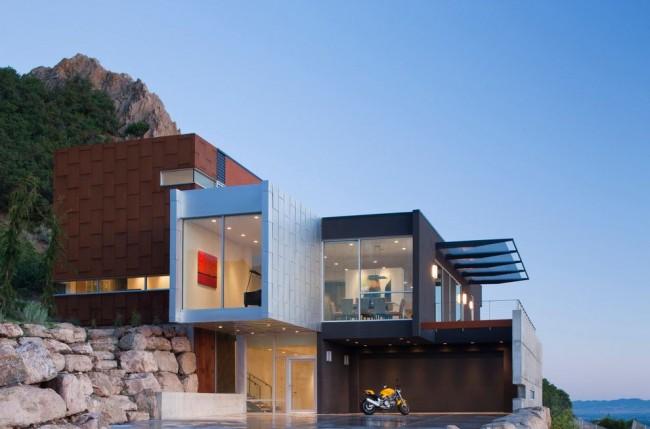 Une façade high-tech implique la présence d'un maximum de verre à l'extérieur de la maison.