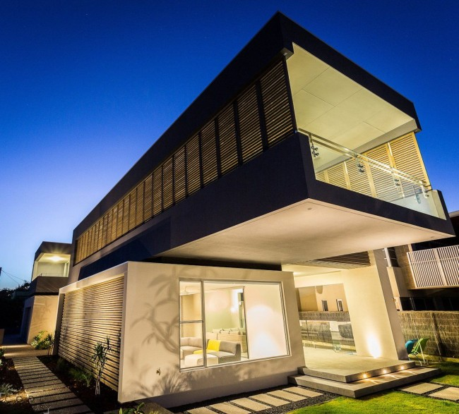 Maison high-tech élégante avec éclairage de toute la façade
