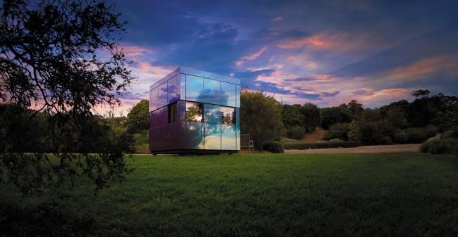 La maison high-tech avec des murs en miroir a fière allure