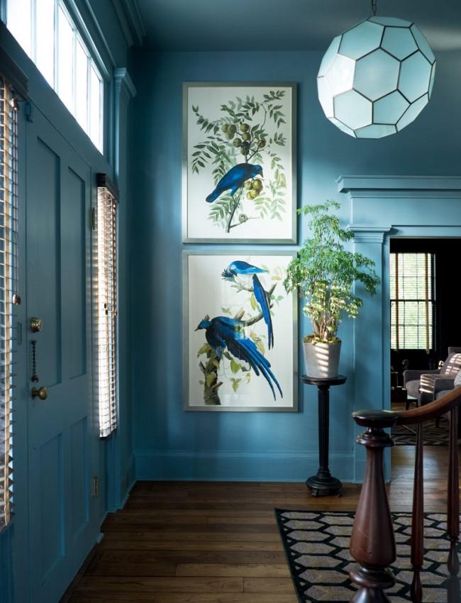 Mobilier classique bleu clair et élégant dans le hall d'une maison privée