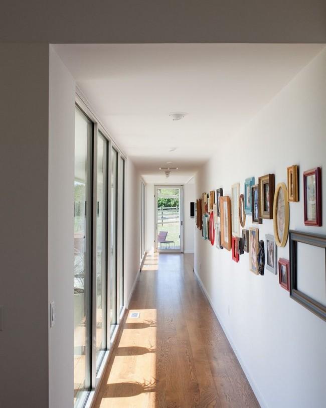 Long couloir d'une maison privée avec fenêtres panoramiques et mini-galerie