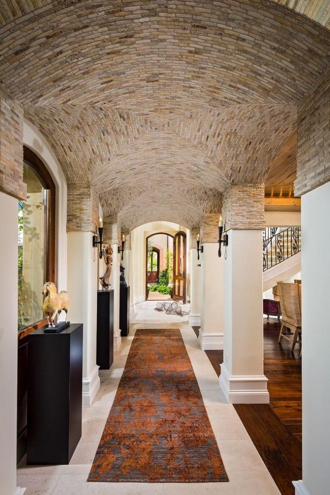 Hall d'entrée luxueux d'une maison privée avec des voûtes voûtées dans le style méditerranéen