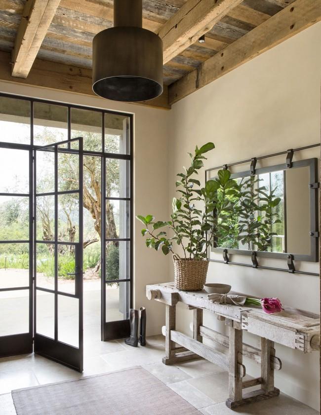 Hall d'entrée d'une maison particulière de style campagnard : fer forgé et une console d'origine