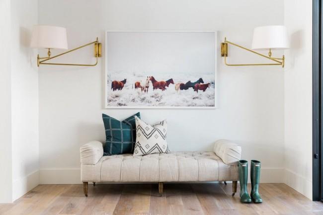 Hall d'entrée lumineux et confortable avec un canapé moelleux au lieu d'un banc ou de poufs