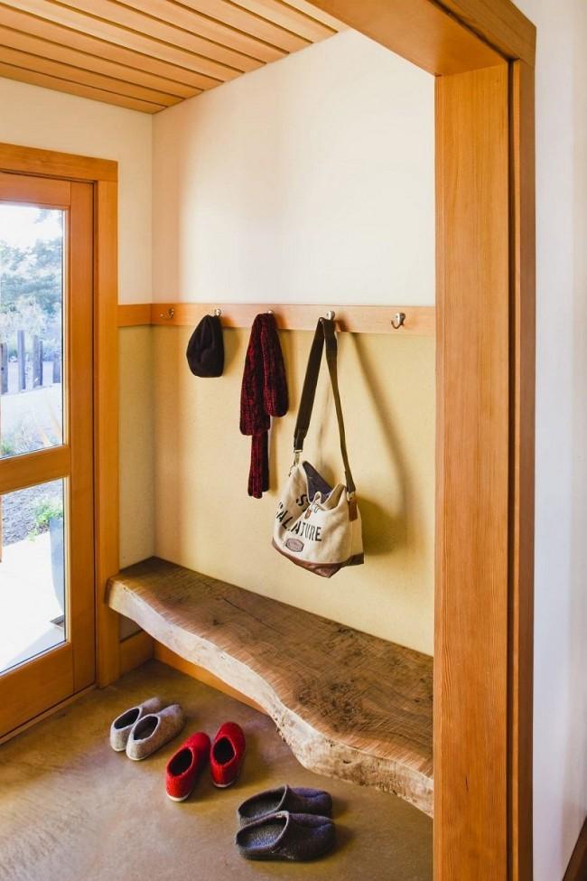 Un banc fait d'un morceau de bois massif traité de manière minimale a un aspect organique à la fois dans une maison de campagne et dans une maison de ville
