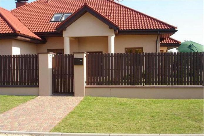 Clôture en bandes métalliques pour la maison