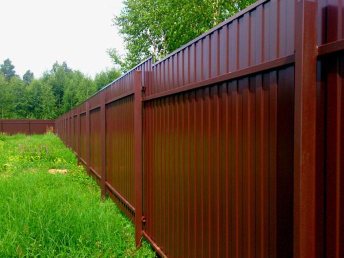 Une clôture en carton ondulé sans fondation