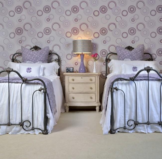 Les éléments de forge et la couleur lilas s'harmonisent parfaitement dans le design de la chambre