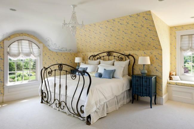 Le tissage gracieux d'un lit en fer forgé soulignera l'individualité de la maison et le bon goût du propriétaire.