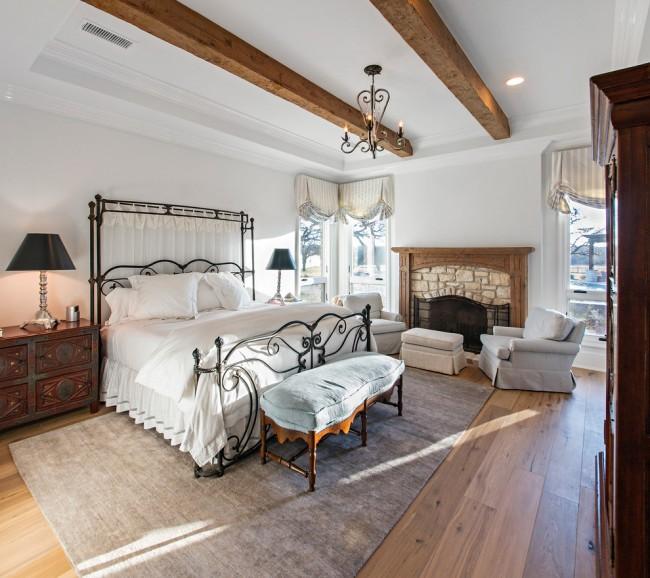Un lit en fer forgé et des éléments de décoration peuvent vous plonger dans l'atmosphère du Moyen Âge