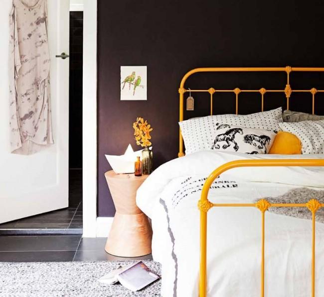 Lit avec éléments en fer forgé dans la conception d'une chambre de style moderne