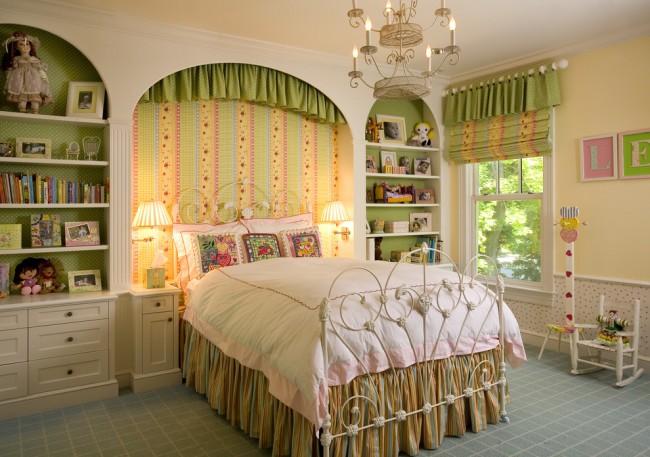 Chambre d'enfant cosy pour une fille avec un beau lit en fer forgé