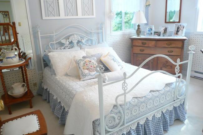 Un lit avec des éléments en fer forgé, ainsi que des textiles aux couleurs délicates souligneront votre intérieur dans le style provençal