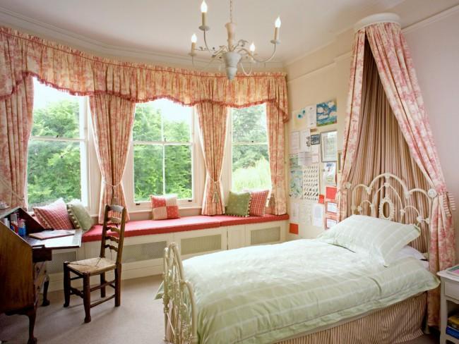 Style campagnard dans la conception d'une chambre spacieuse