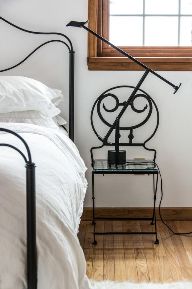 La table de chevet, réalisée de la même manière que le lit lui-même, contribuera à rendre l'intérieur plus harmonieux
