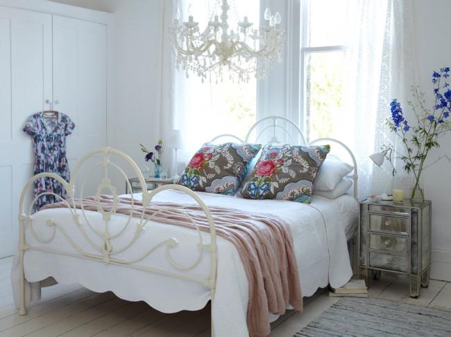 Lit en fer forgé blanc en parfaite harmonie avec l'intérieur de la chambre de style provençal