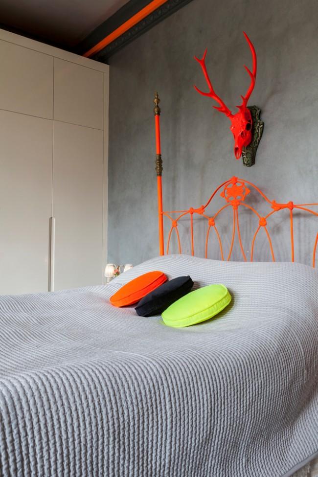 Une combinaison spectaculaire de détails intérieurs lumineux et d'un fond gris dans une chambre de style fusion