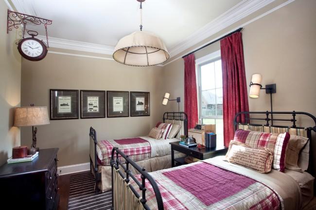 Deux lits en fer forgé stricts dans un design de chambre de style classique