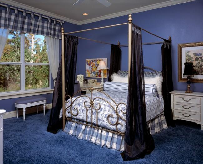 La couleur bleue dans la conception de la chambre a un effet calmant sur le corps.