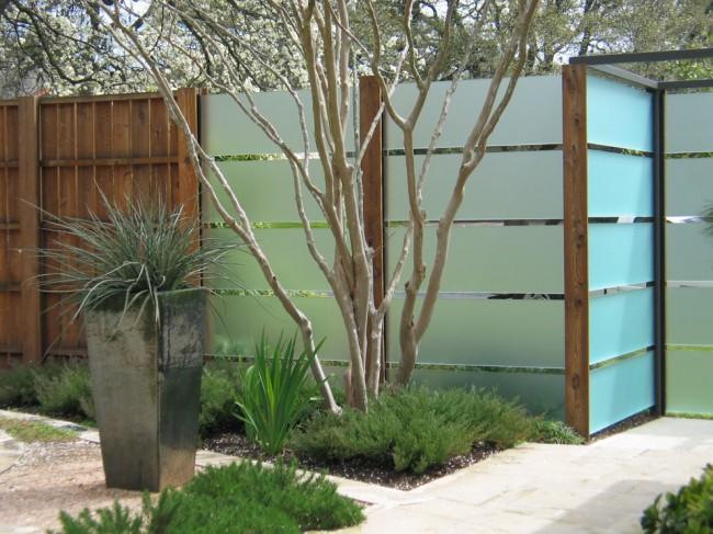 Le plastique et le bois sont une excellente combinaison pour une clôture
