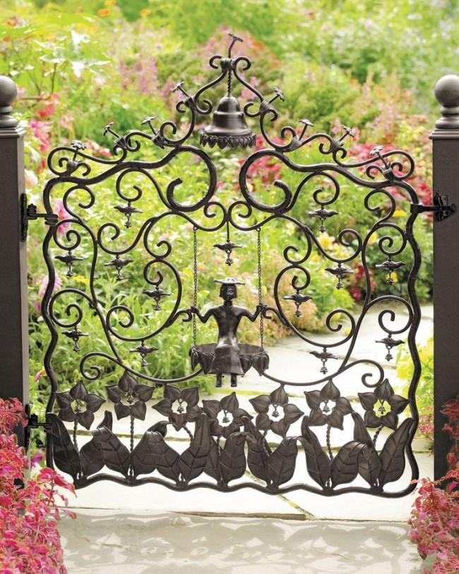 Les portails et les guichets en fer forgé ont l'air solides et prestigieux