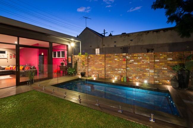 Grande clôture en brique de style moderne, vieillie artificiellement et imitant l'incohérence et la peinture fanée sur les briques