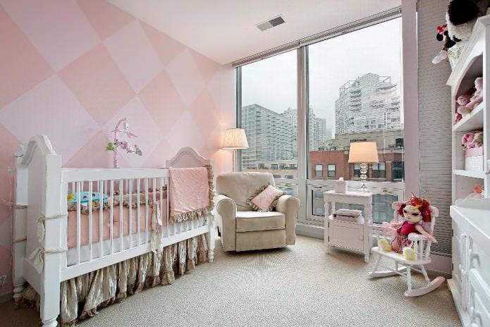 papier peint en rose dans la chambre d'enfant pour un nouveau-né