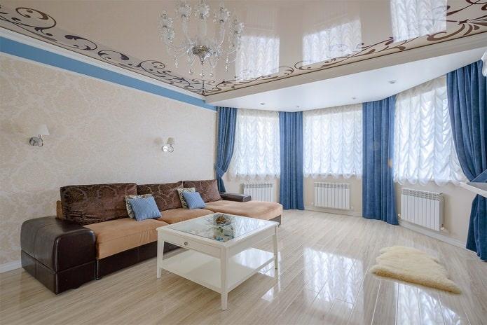 Papier peint clair dans le salon dans un style classique