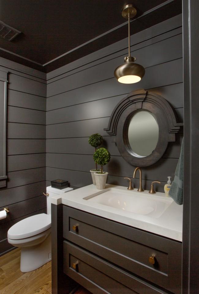 Intérieur élégant de la salle d'hygiène dans des couleurs sombres