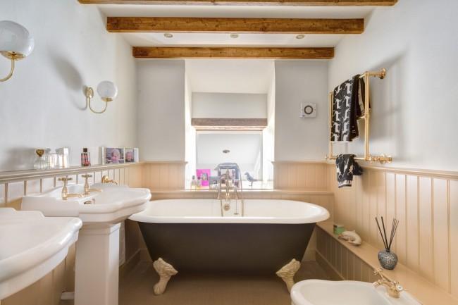 Doublure beige à l'intérieur d'une belle salle de bain