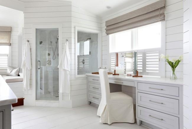 La salle de bain en blanc est magnifique et très spacieuse