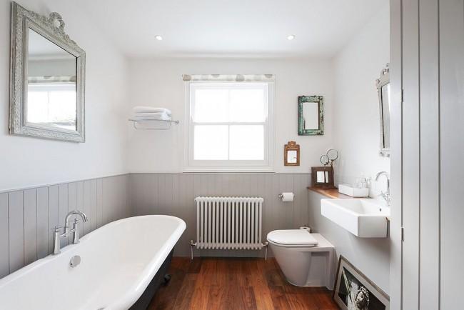 Les panneaux de salle de bain en plastique gris ont l'air stricts et laconiques