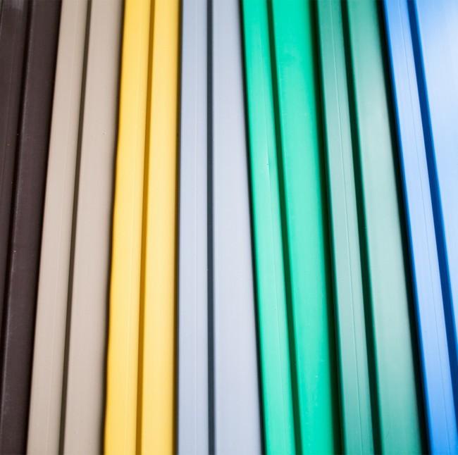 Le marché moderne dispose d'une très large gamme de couleurs et de textures de panneaux en plastique.